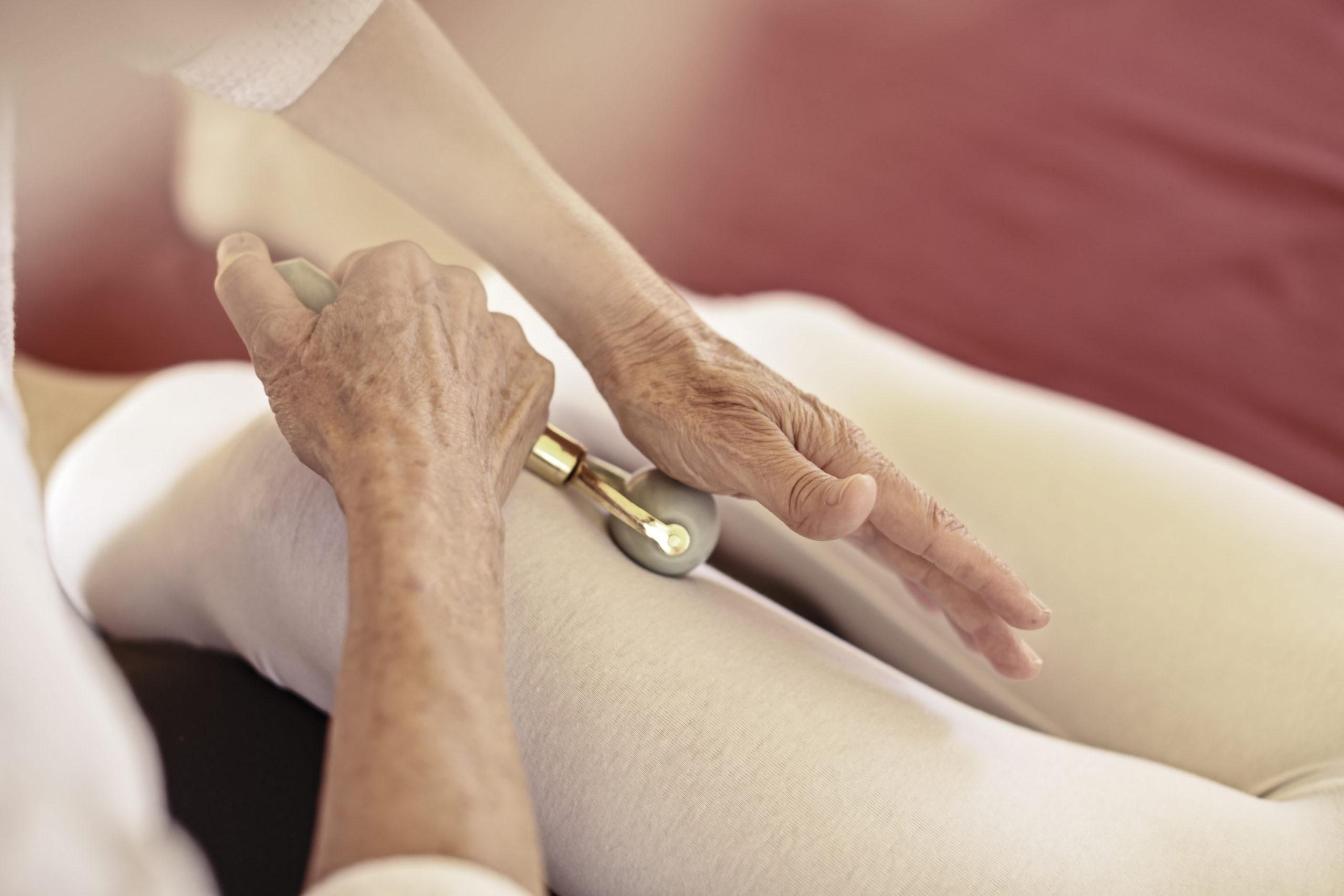 Gesundheitspraxis Oberfranken: Arbeit mit dem Faszienroller am Bein