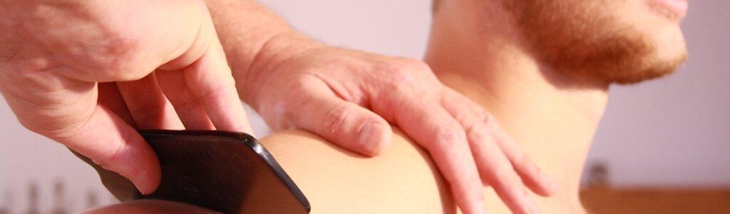 Gesundheitspraxis Oberfranken: Die Anwendung mit dem Schabekamm ist eine traditionelle Praktik aus der TCM