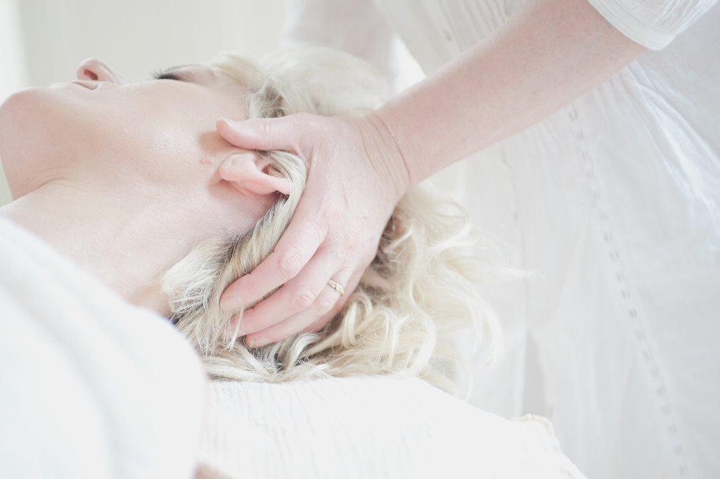 Gesundheitspraxis Oberfranken: Migräne Management: Anwendungen am Kopf sind ein Bestandteil des Migräne Managements