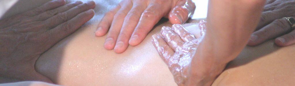 Gesundheitspraxis Oberfranken: Therapeuten zeigen eine Öl Anwendung