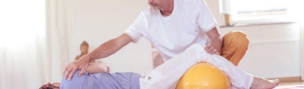 Gesundheitspraxis Oberfranken: Therapeut zeigt Rückenanwendung
