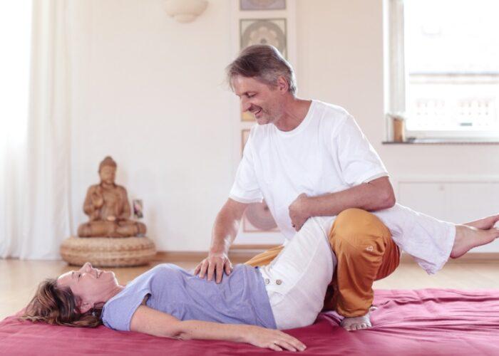 Gesundheitspraxis Oberfranken: Wolfram Geiszler zeigt die Shatsupraktik um den unteren Rücken zu entlasten
