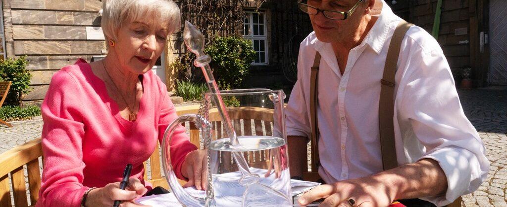 Wolfram und Ricarda Geiszler arbeiten im Innenhof der Gesundheitspraxis Oberfranken